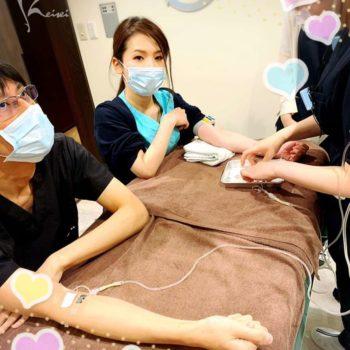 高濃度メガビタミンC点滴を受ける唐澤先生と栗田先生の画像